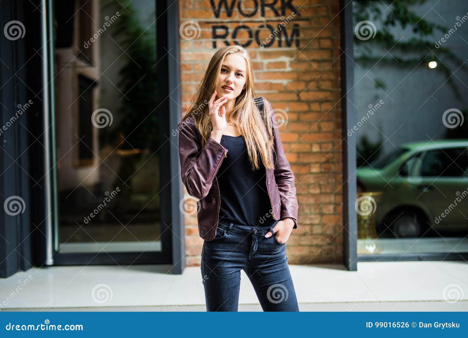 Ritratto soleggiato di modo di stile di vita di estate di giovane donna alla moda che cammina sulla via, attrezzatura d avanguard