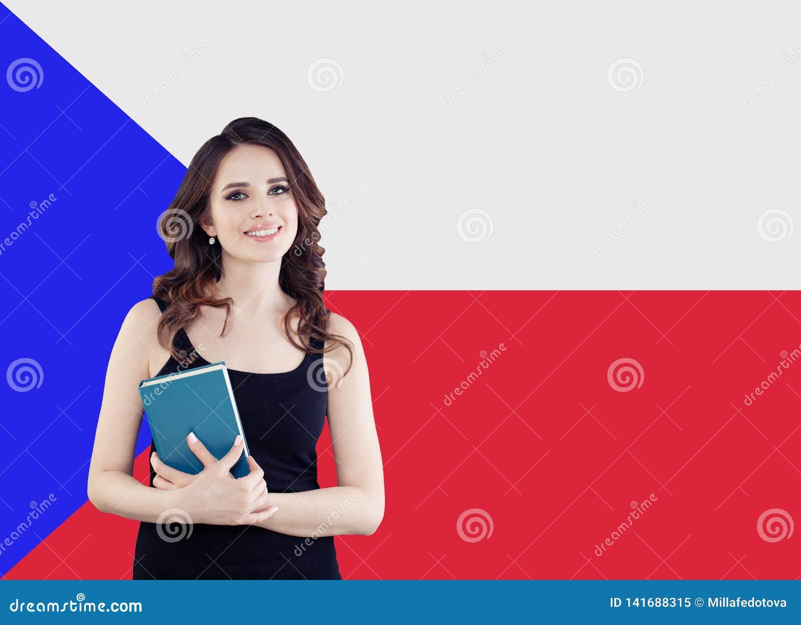 Ritratto sorridente della donna contro la bandiera della repubblica Ceca Viaggio ed imparare lingua ceca