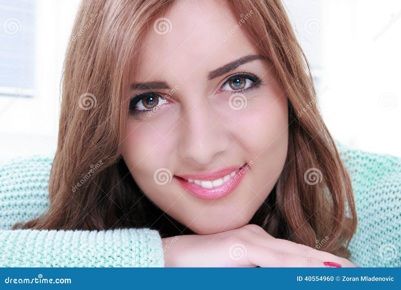 Ritratto sorridente splendido della donna con trucco