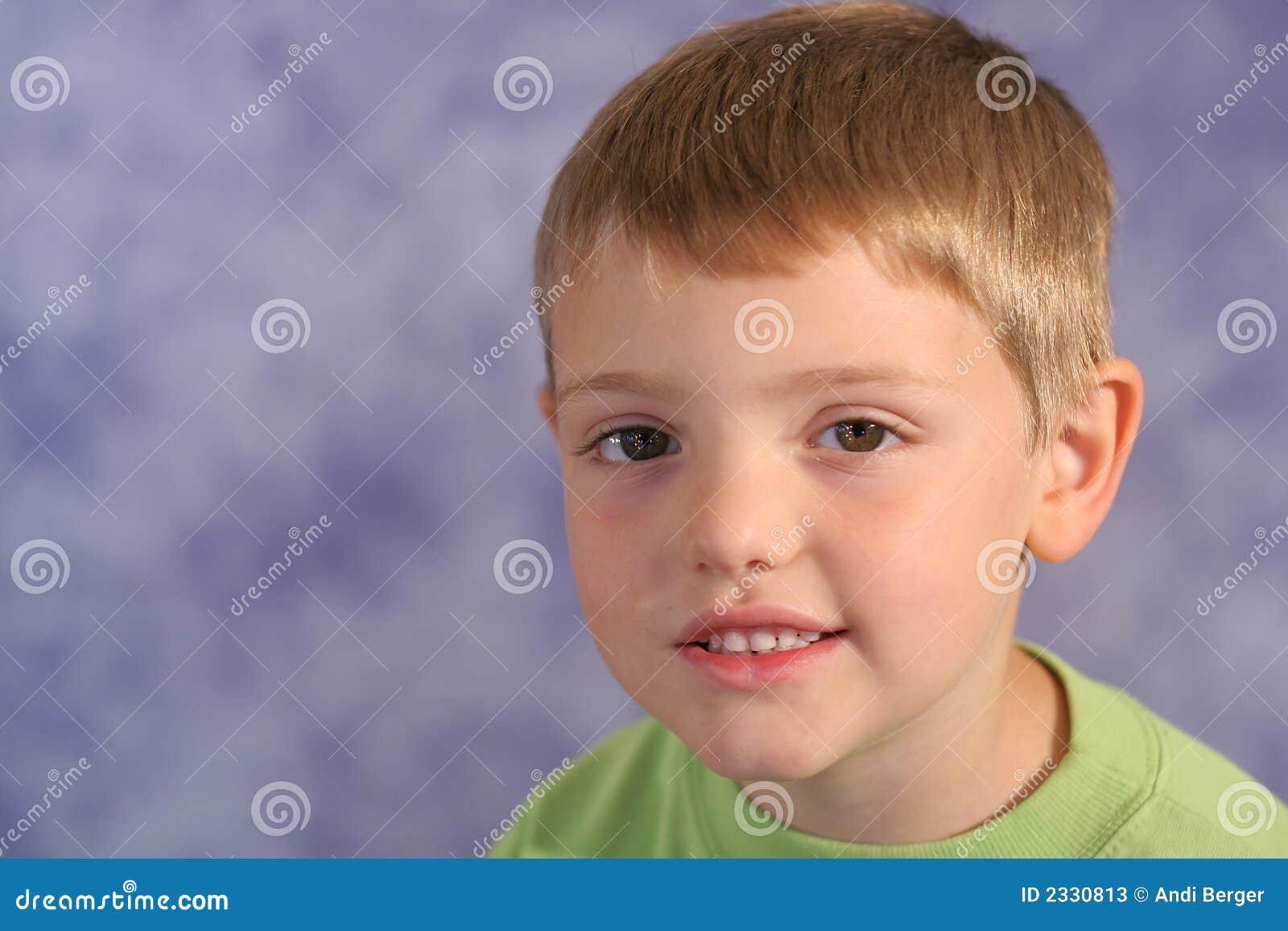 Ritratto sveglio del ragazzino sul bl