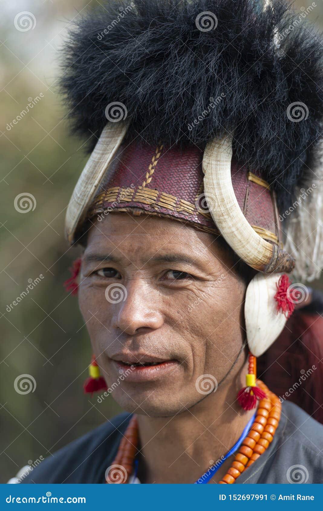 Ritratto tribale al festival del bucero, Kohima, Nagaland, India del guerriero del Naga il 1° dicembre 2013