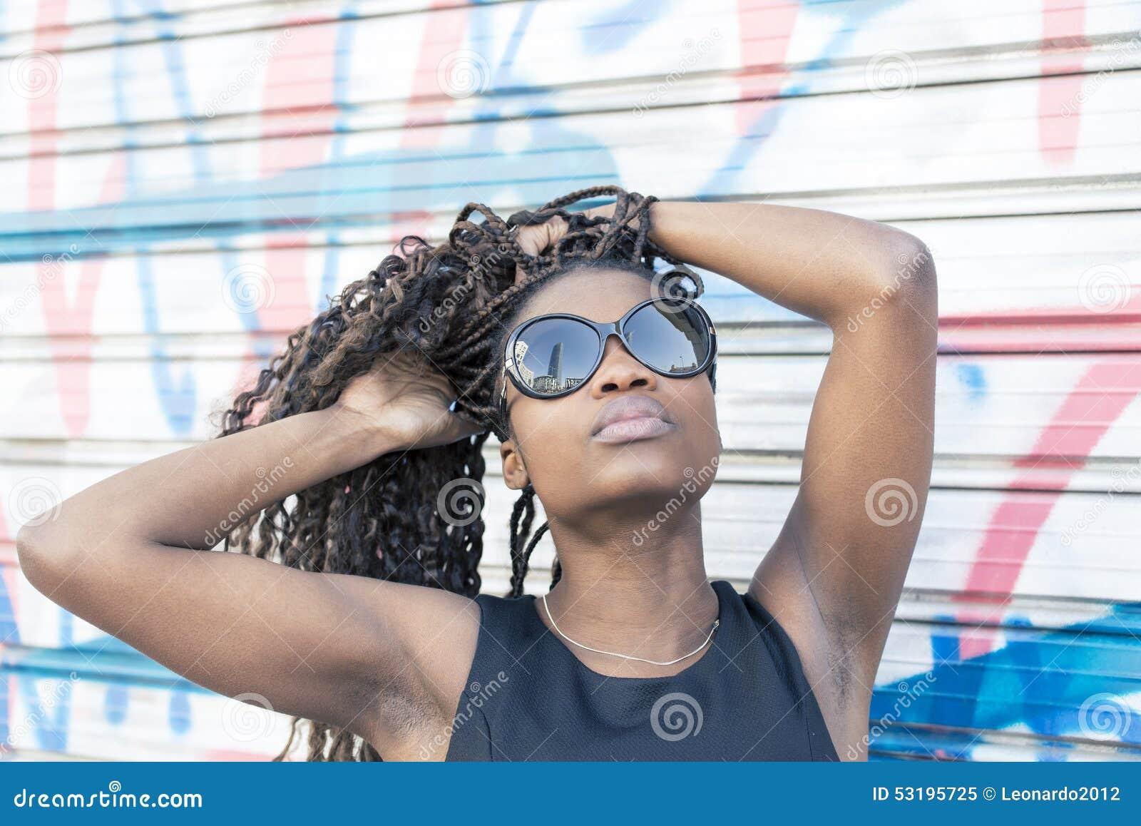 Ritratto Urbano Di Bella Donna Africana Con Gli Occhiali ...