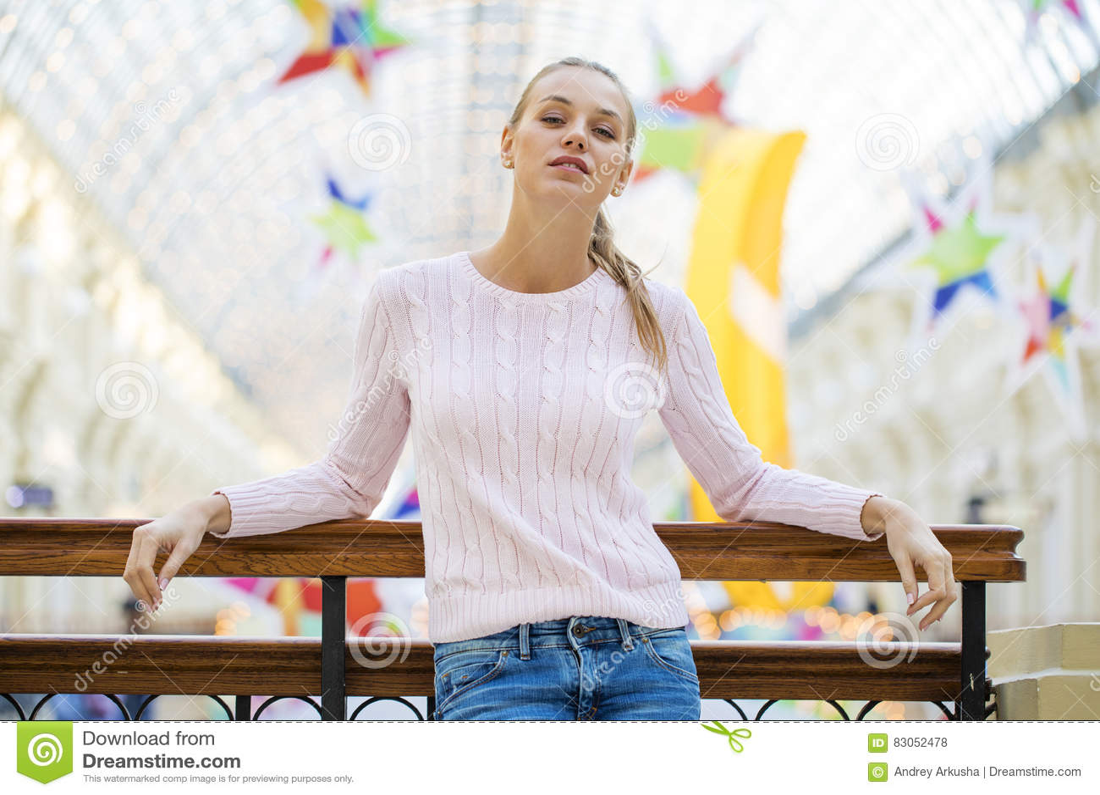 Ritratto vicino su di giovane bella donna felice