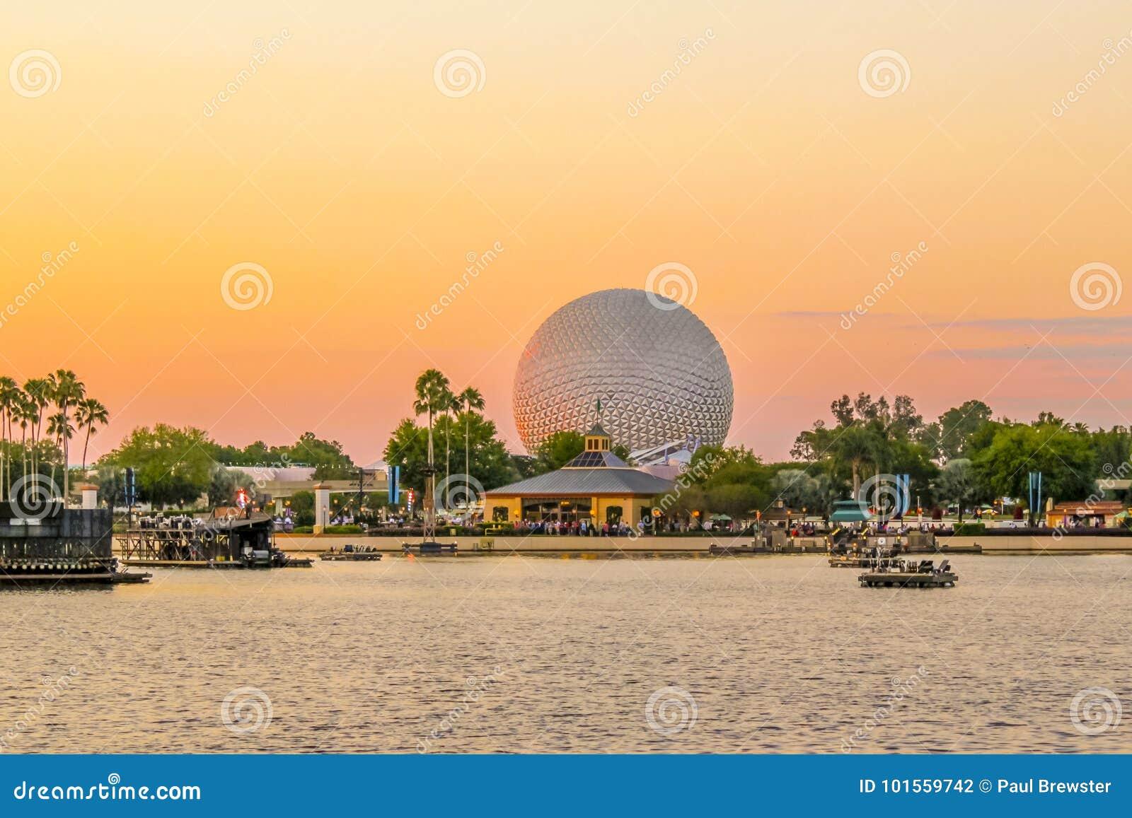 Ritt för boll för jord för Epcot mittrymdskepp på soluppsättningen Disney värld Orlando Florida