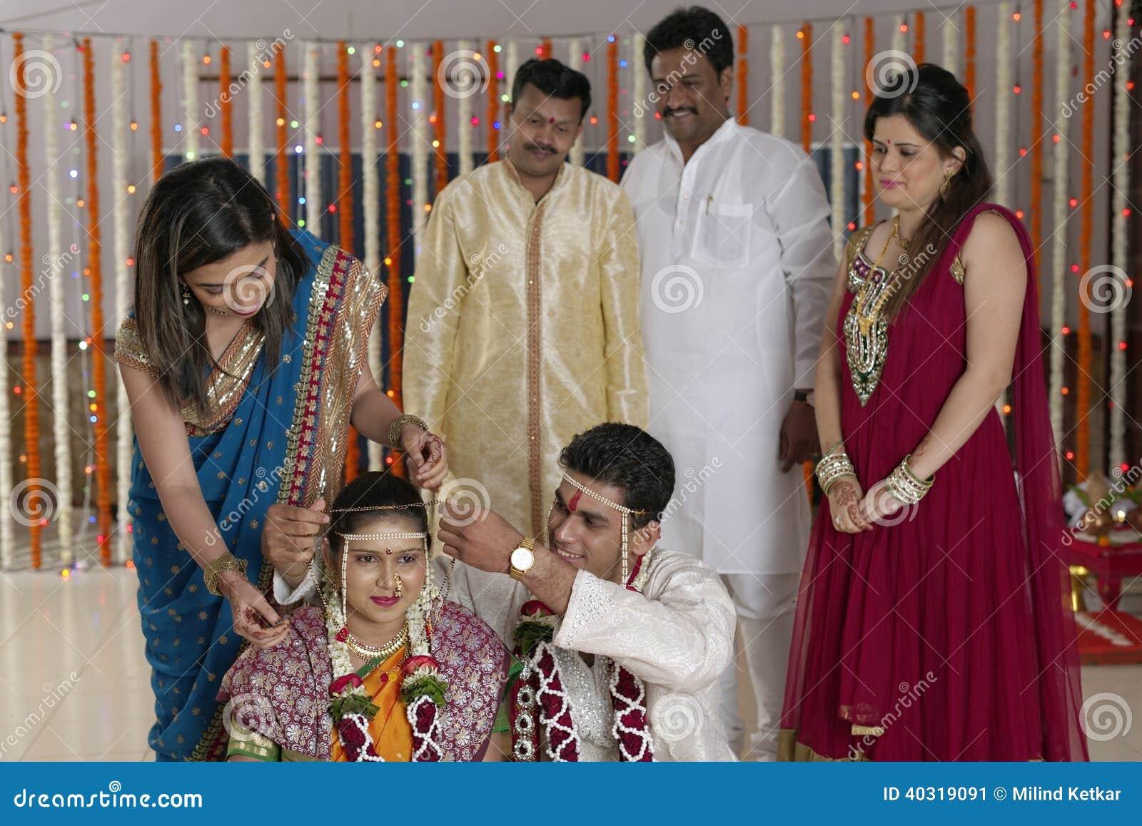 Ritual av Mangalsutra i indiskt hinduiskt maharashtrabröllop