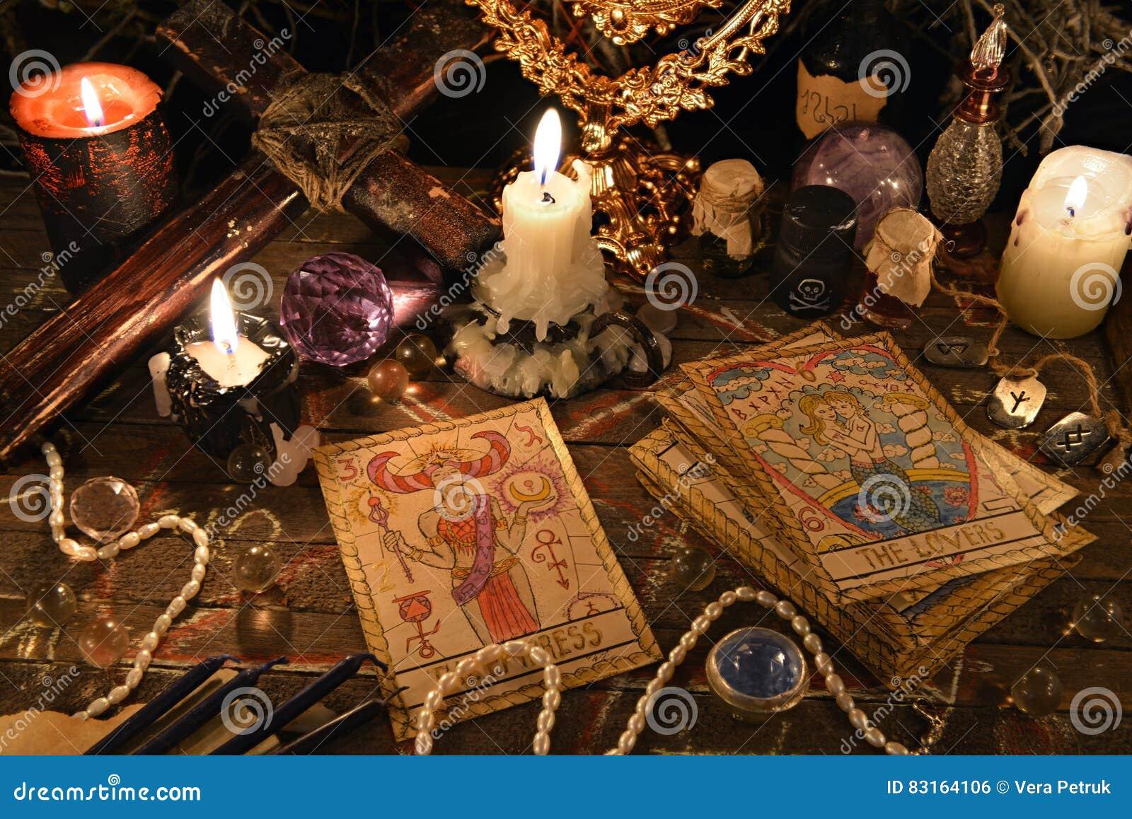 Ritual místico con las cartas de tarot, los objetos mágicos y las velas