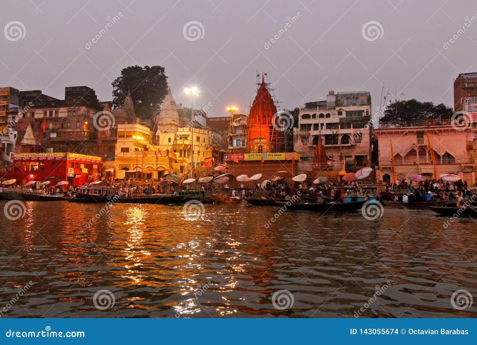 Ritual que se lava por la mañana en el río Ganges/Varanasi