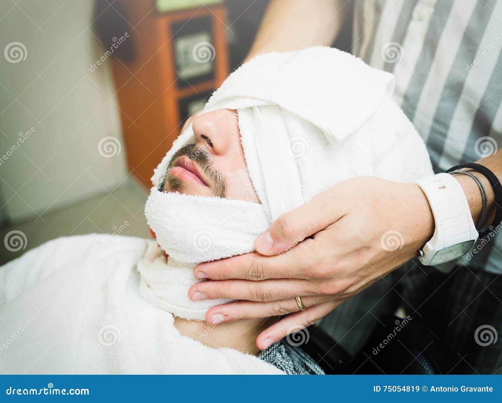 rituel traditionnel de raser la barbe image stock image du hommes lumineux 75054819. Black Bedroom Furniture Sets. Home Design Ideas