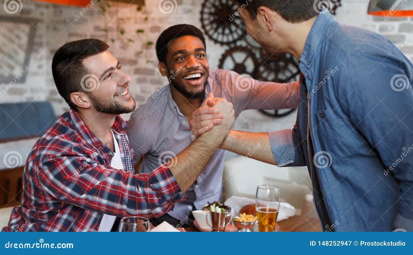 Riunione dei vecchi amici Mates Meet In Beer Pub