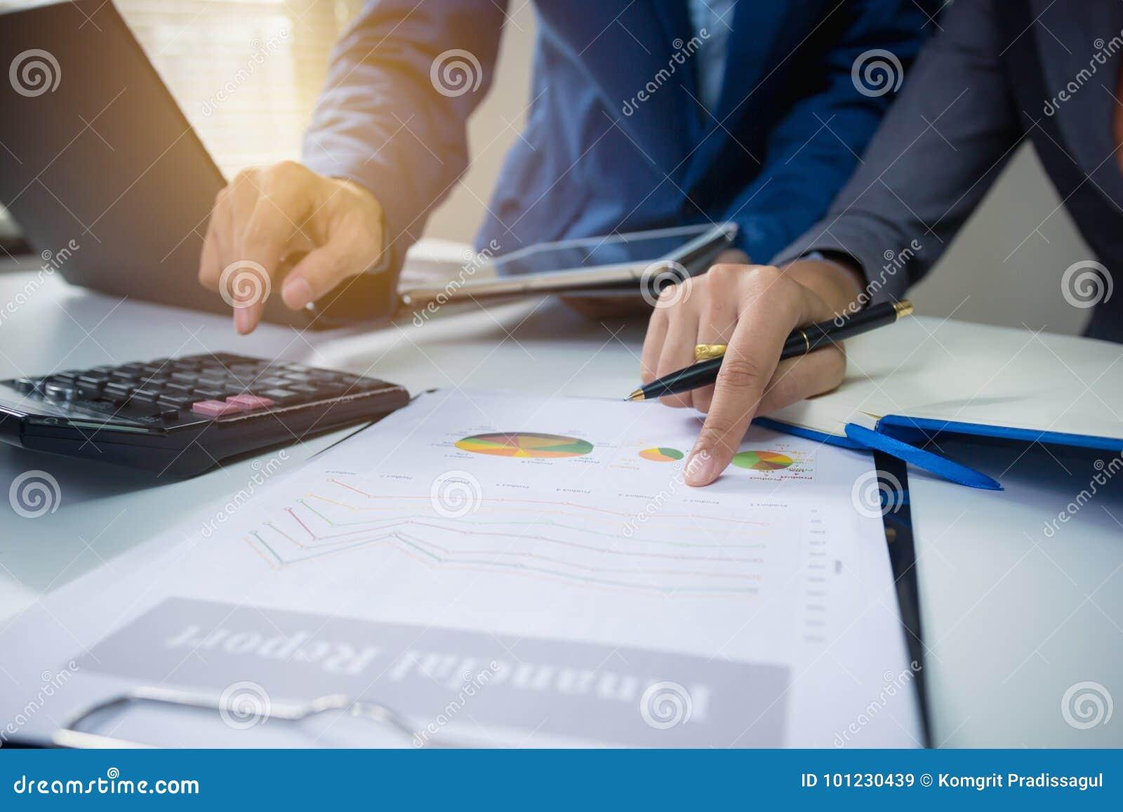 Riunione del gruppo di affari che consulta il progetto Pianificazione di progetto di funzionamento dell investitore professionale