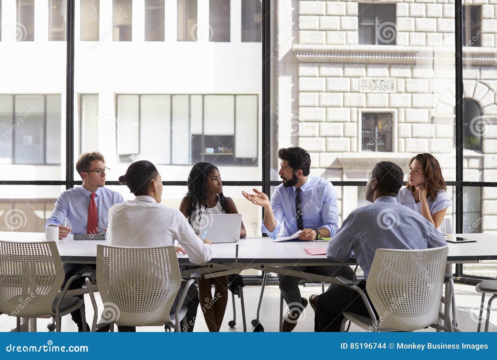 Idee Ufficio Open Space : Riunione del gruppo di affari corporativi in un ufficio open space