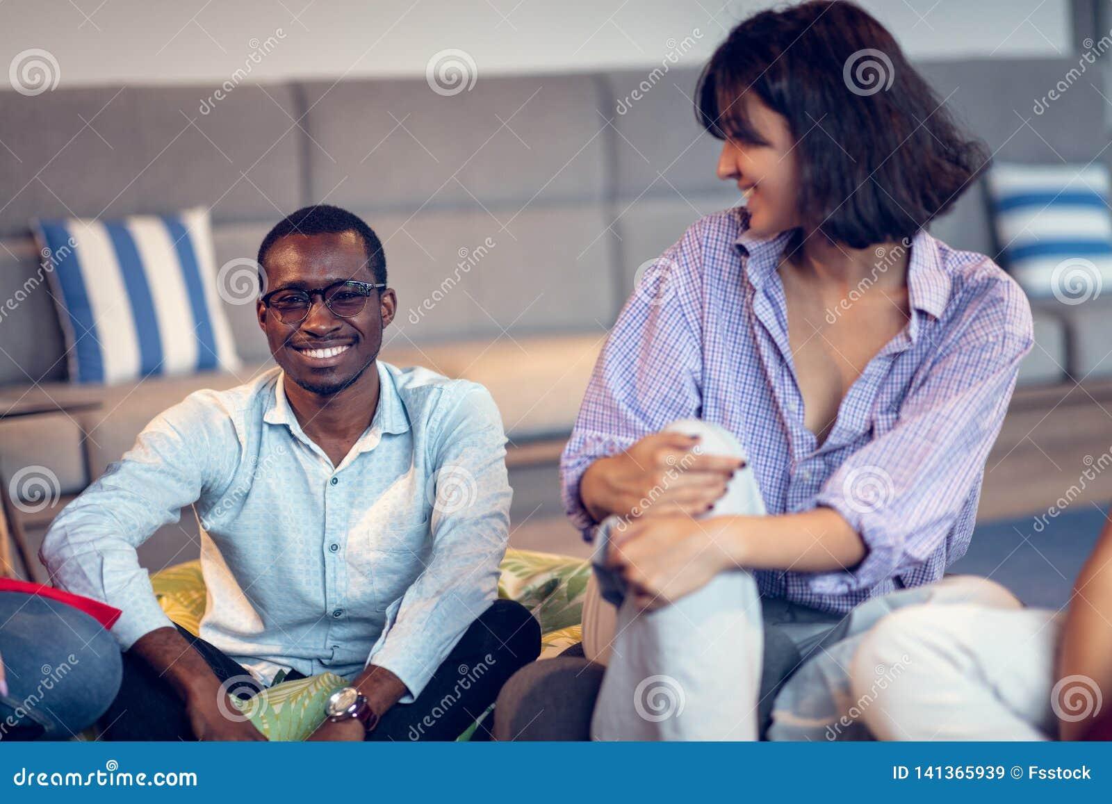 Riunione di Coworking Gruppo Startup che discute insieme nuovo progetto
