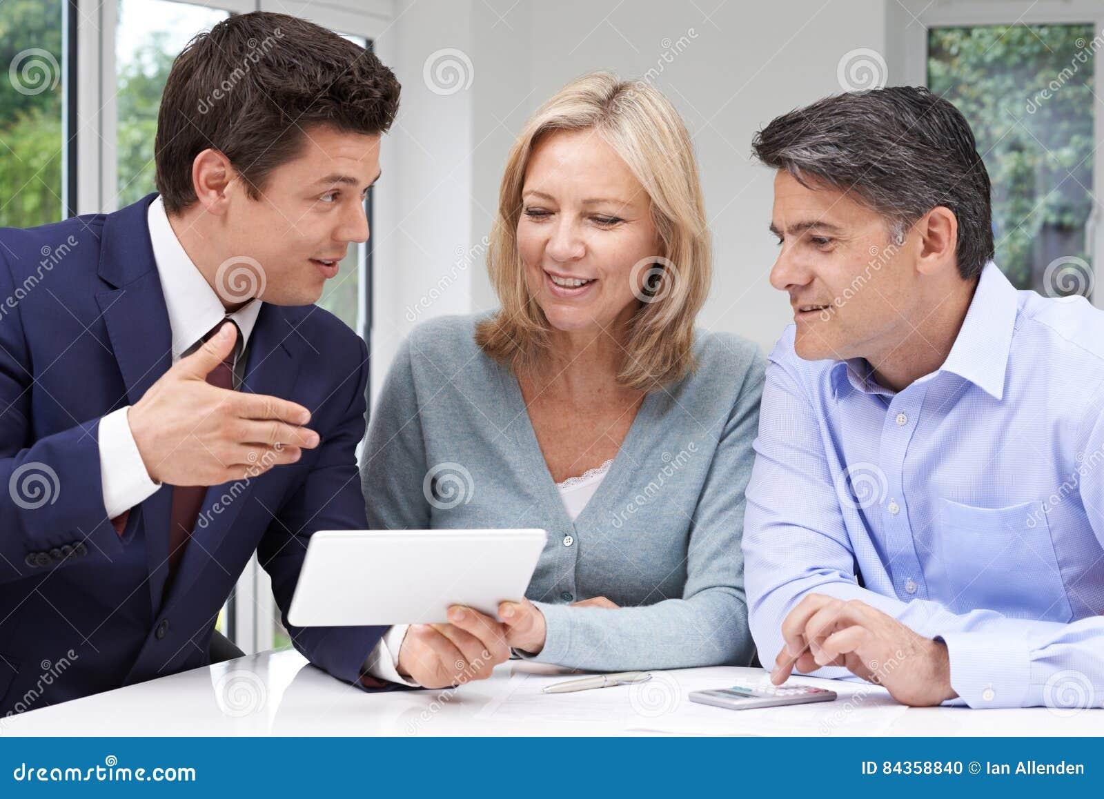 Riunione matura delle coppie con il consulente finanziario a casa