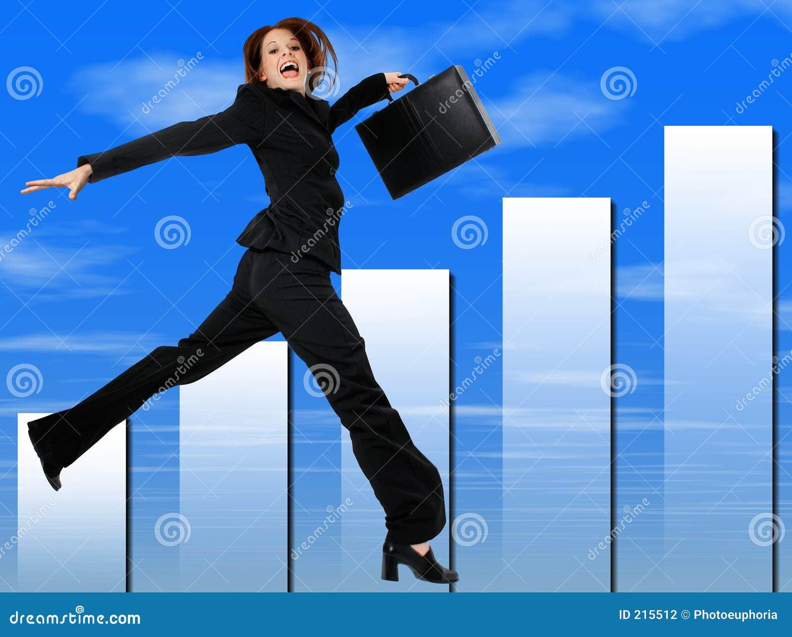 Riuscita donna felice di affari che salta e che sorride