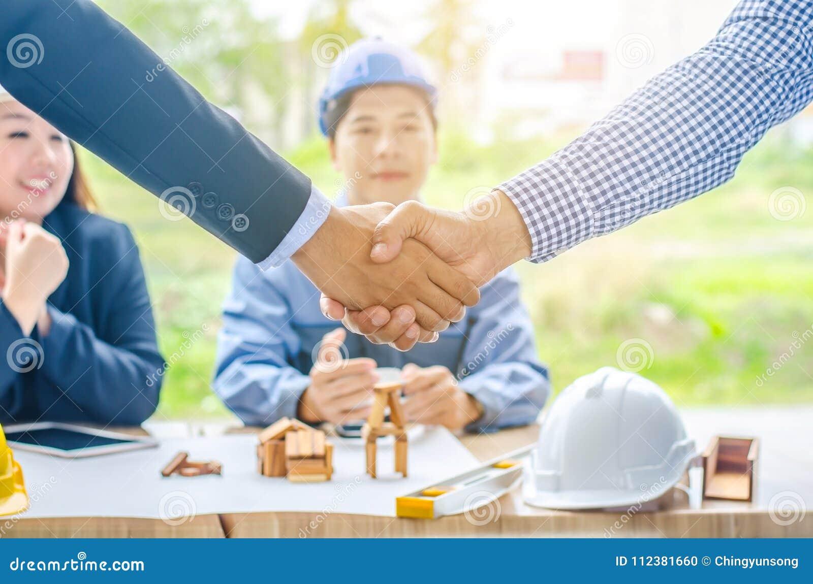 Riusciti architetti degli uomini d affari che stringono le mani Un architetto di quattro uomini d affari si è incontrato nell uff
