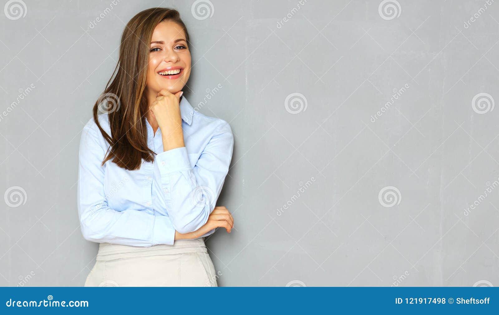 Riuscito ritratto di busineswoman sul fondo della parete dell ufficio