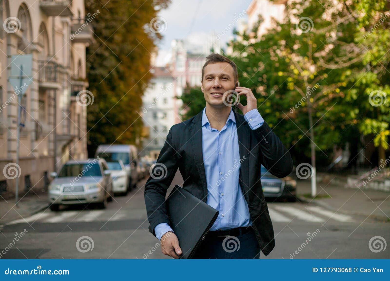 Riuscito uomo d affari in vestito con il computer portatile nella città