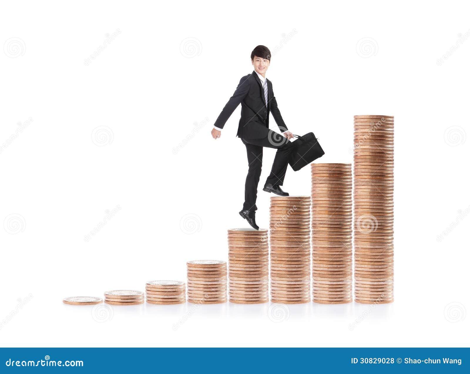 Riuscito uomo di affari che si siede sulle scale dei soldi