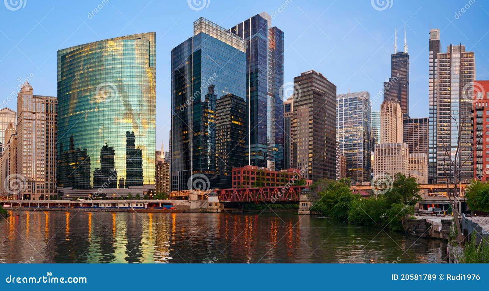 Riva del fiume del centro del Chicago.