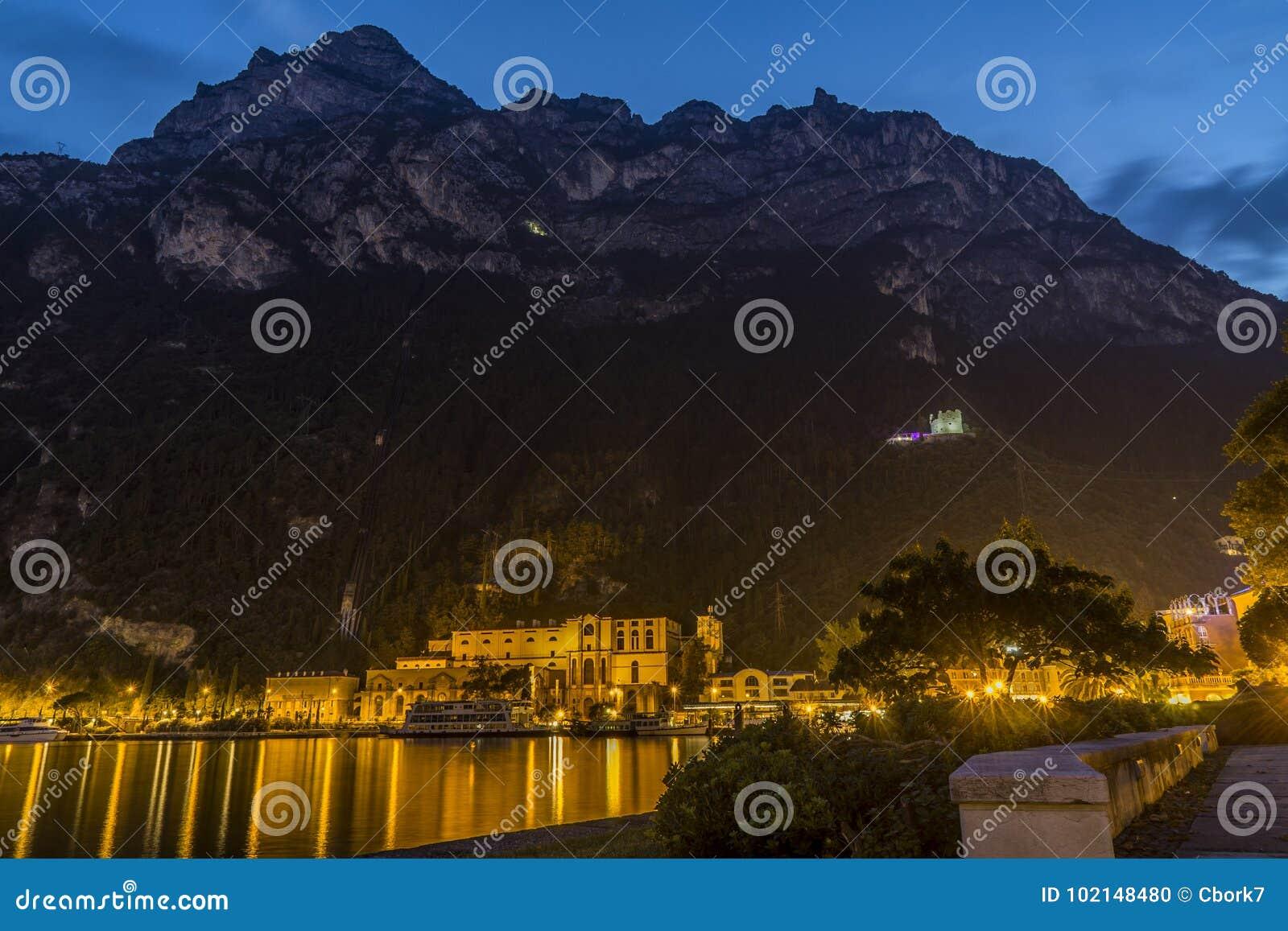 Riva del garda τη νύχτα, garda λιμνών