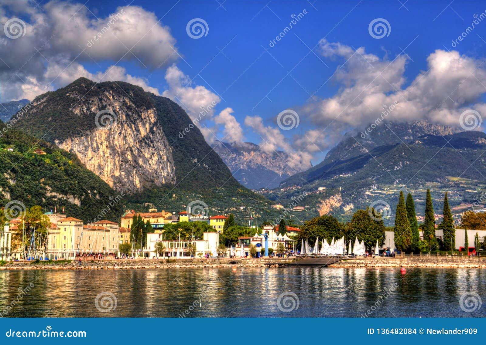 Riva del Garda stad och Garda sjö i hösttiden, Trentino Alto Adige