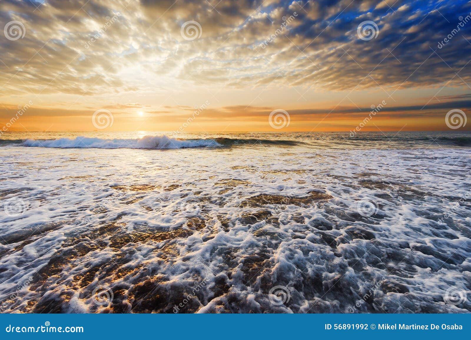 Riva della spiaggia al tramonto