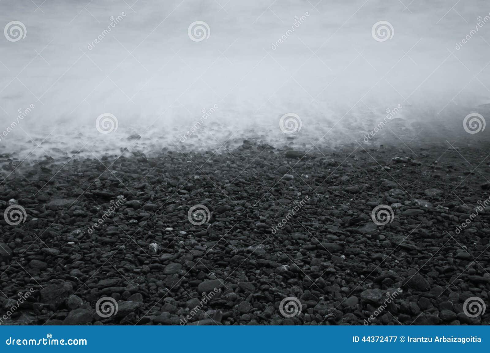 Riva della spiaggia rocciosa