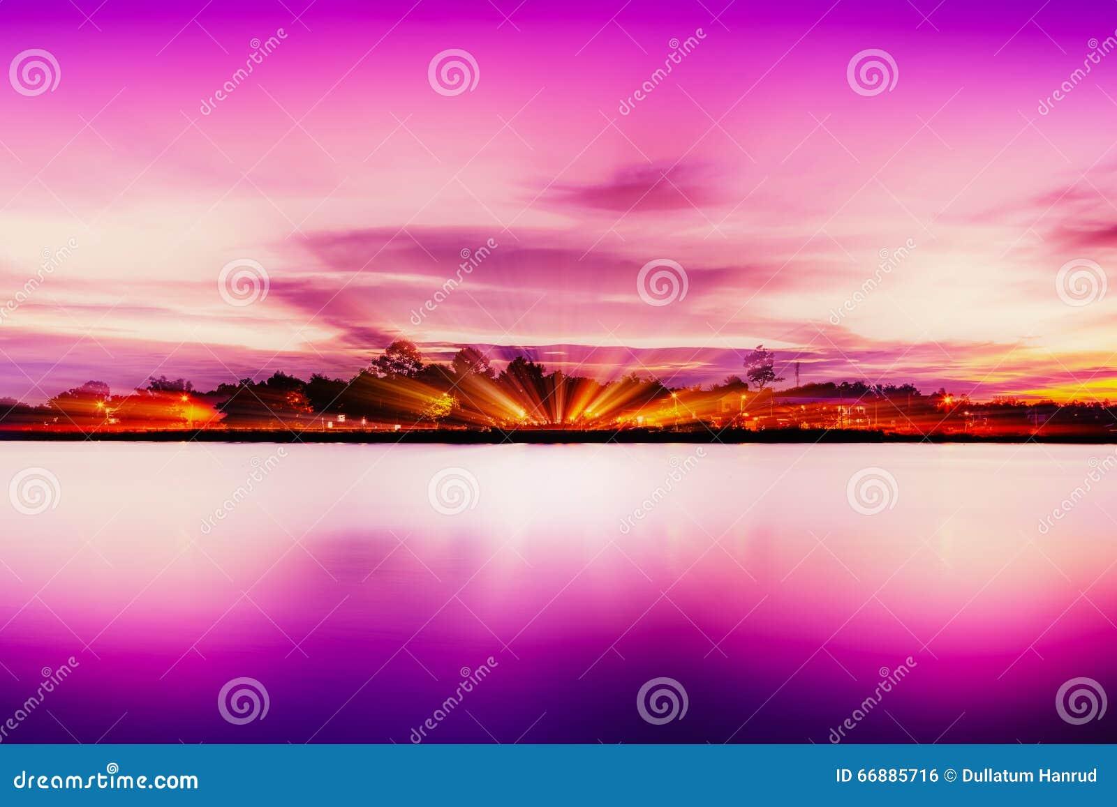 Rivage d heure de lac dans le rose
