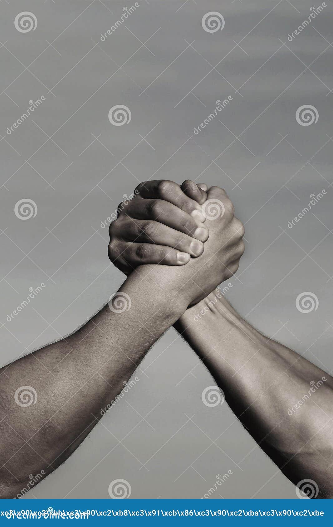 Rivaliteit, versus, uitdaging, sterktevergelijking Twee mensen bewapenen het worstelen Wapens die, de concurrentie worstelen Riva