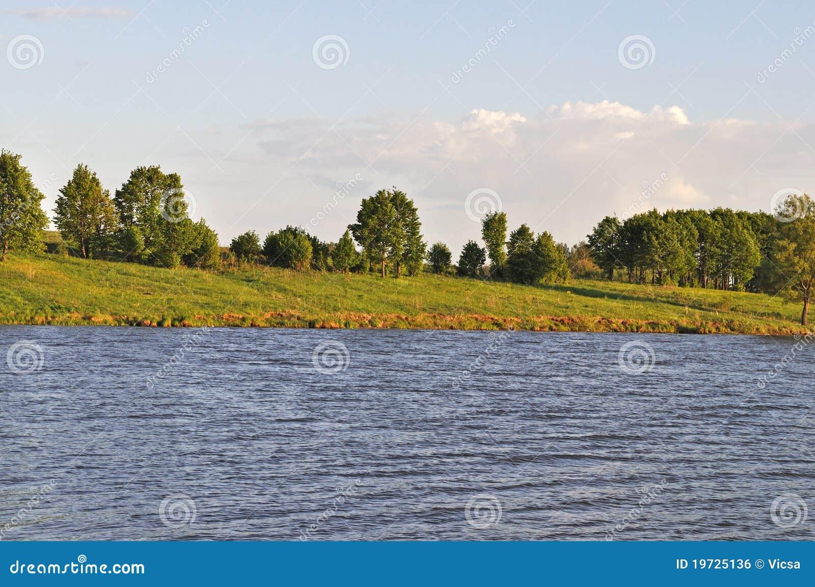 Riverbank in de avond