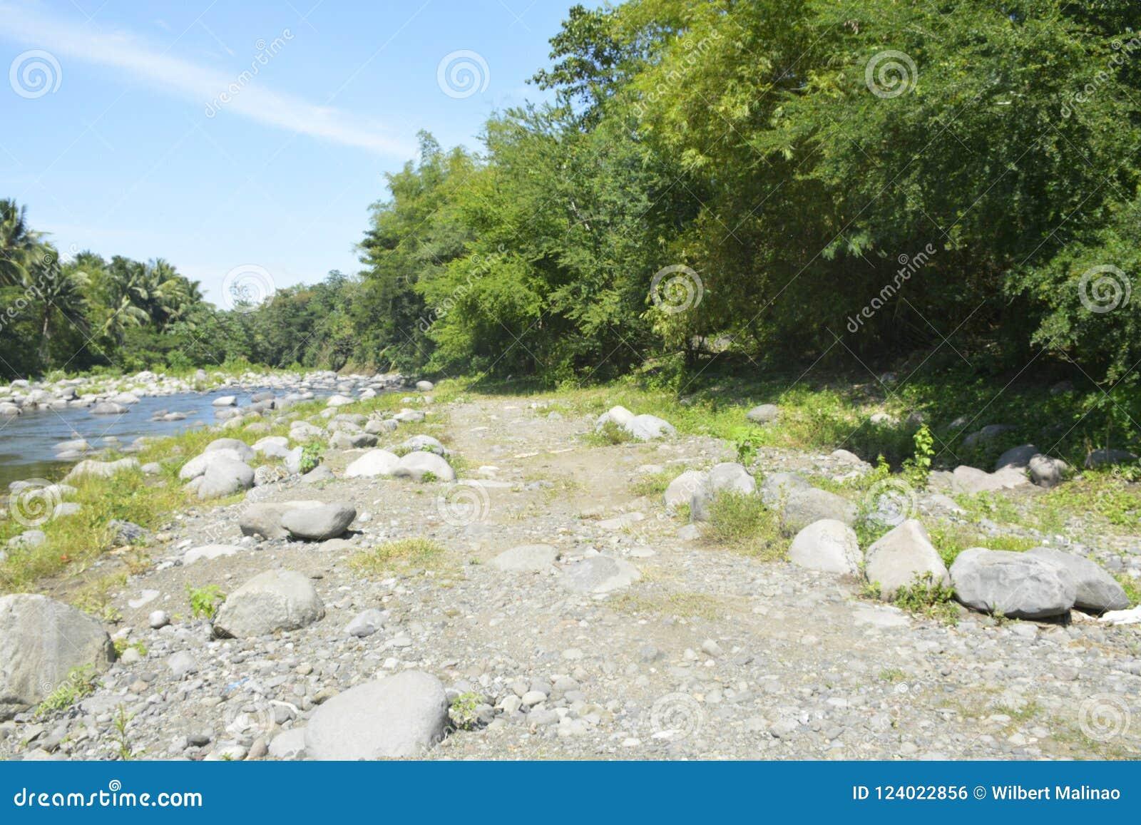 Riverbank situado em Ruparan barangay, cidade de Ruparan de Digos, Davao del Sur, Filipinas