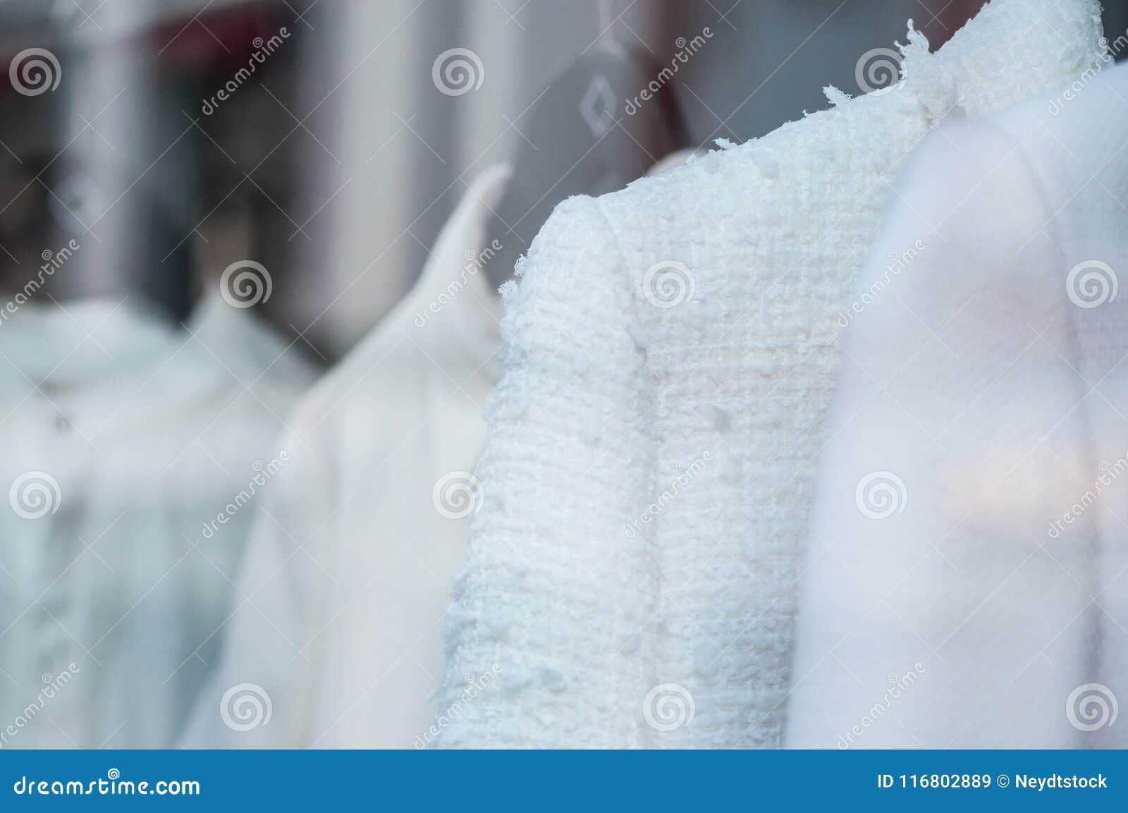 Rivestimento bianco sui ganci nel deposito di modo per le donne