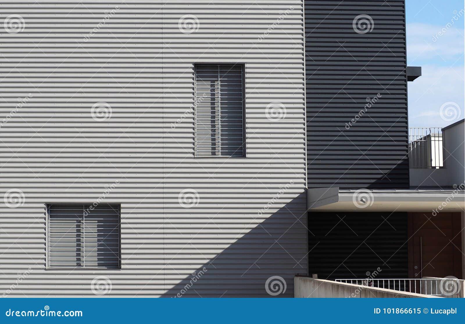 Rivestimenti Casa Moderna : Rivestimento di alluminio su una facciata di una casa moderna di
