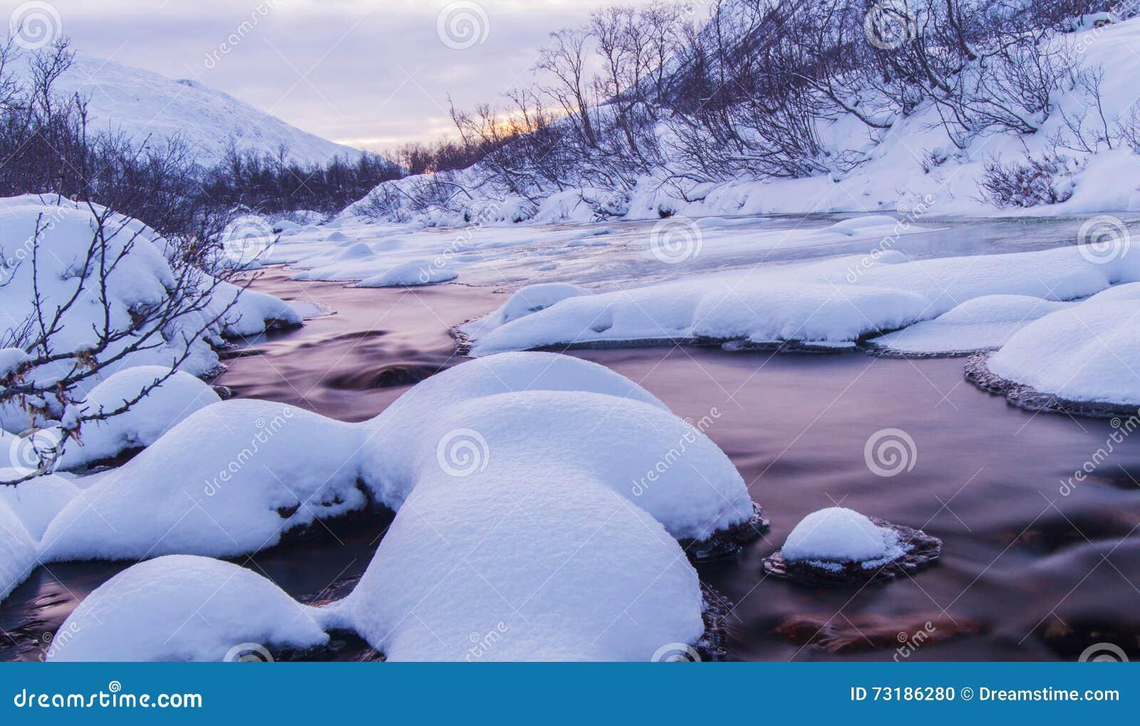 Rivière arctique avec la neige et la lumière de jour spéciale