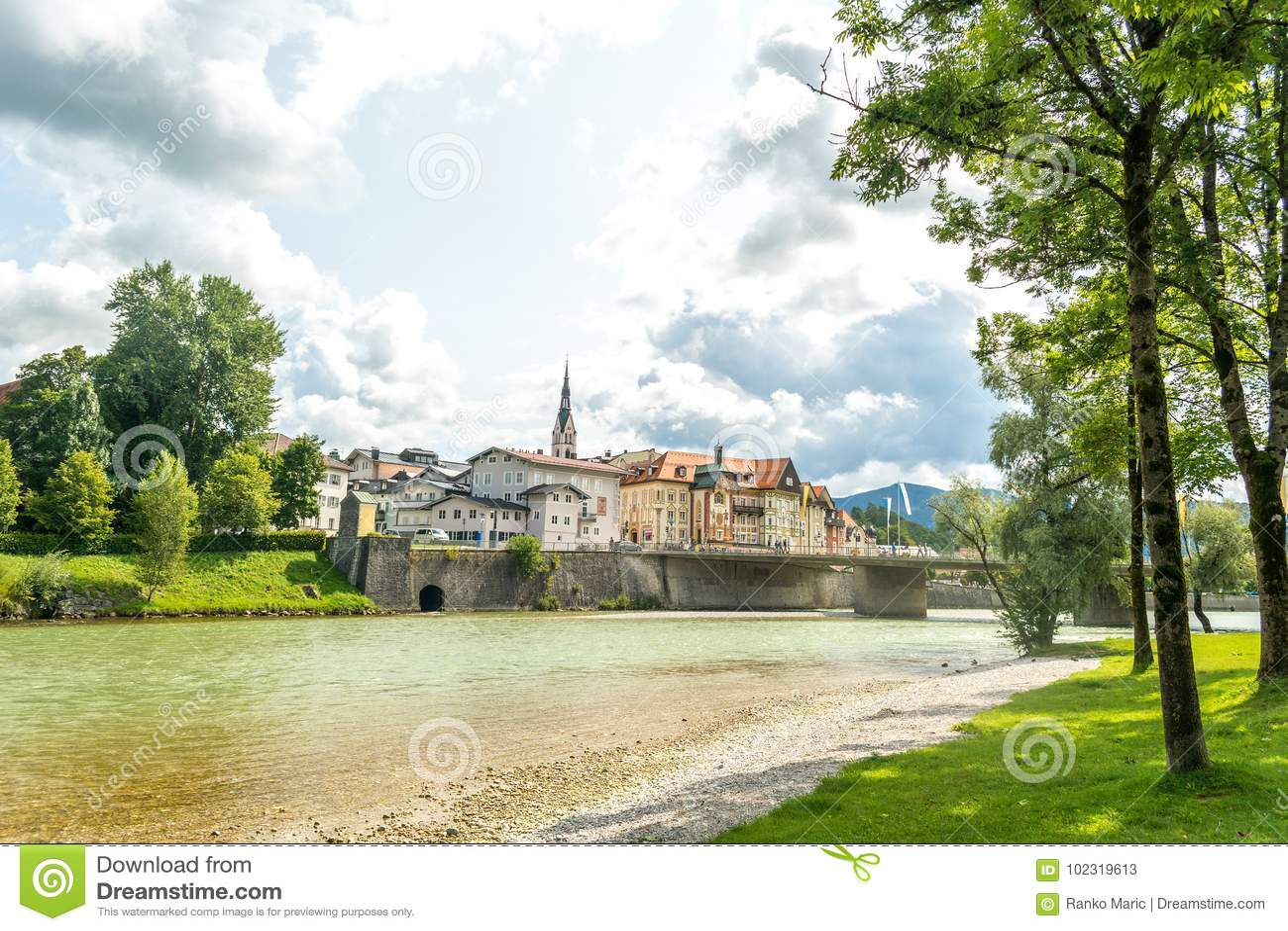 Rivière d Isar et pont que cela mène à la vieille ville mauvais Tolz, Bavière, Allemagne