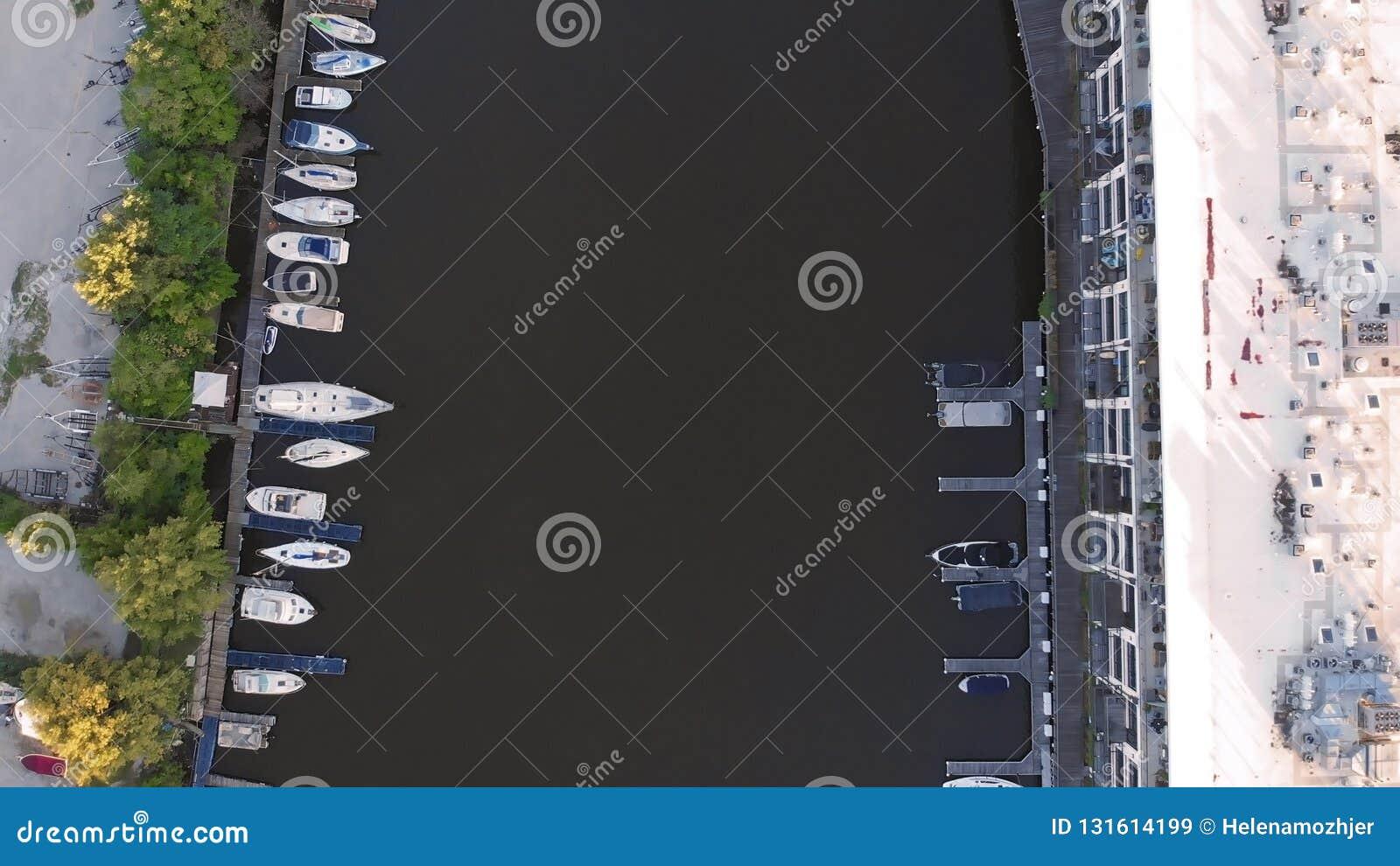 Rivière de Milwaukee dans le centre ville, secteurs de port de Milwaukee, le Wisconsin, Etats-Unis Immobiliers, logements dans le