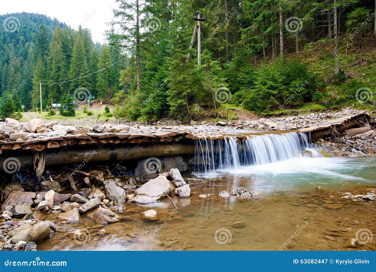 Download Rivière De Montagne Avec La Petite Cascade Image stock - Image du ressort, roches: 63082447