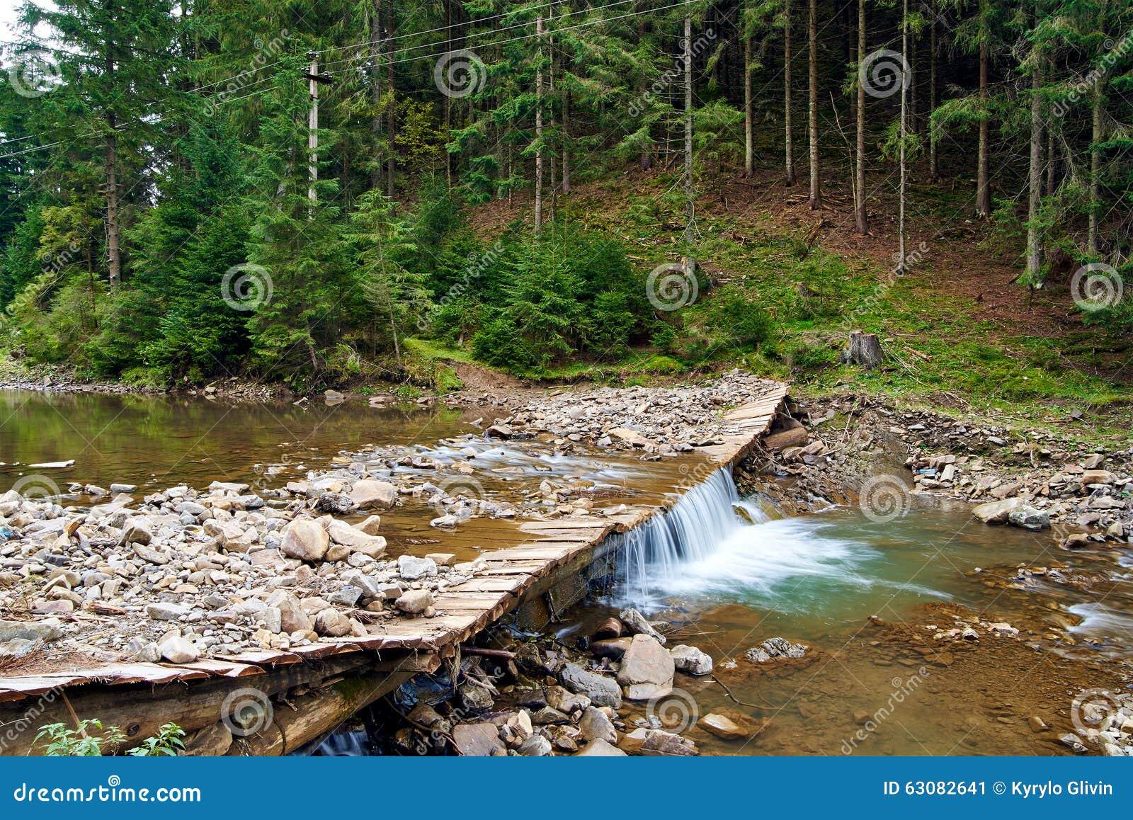 Download Rivière De Montagne Avec La Petite Cascade Image stock - Image du montagnes, été: 63082641