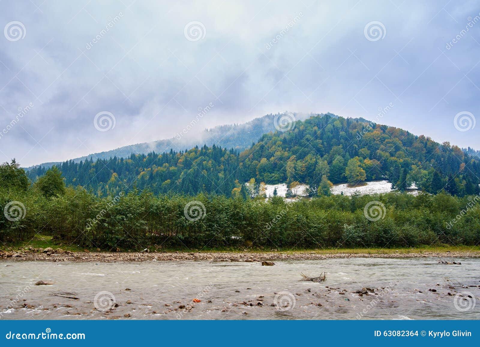 Download Rivière De Montagne Par Temps Pluvieux Brumeux Photo stock - Image du fleuve, neige: 63082364