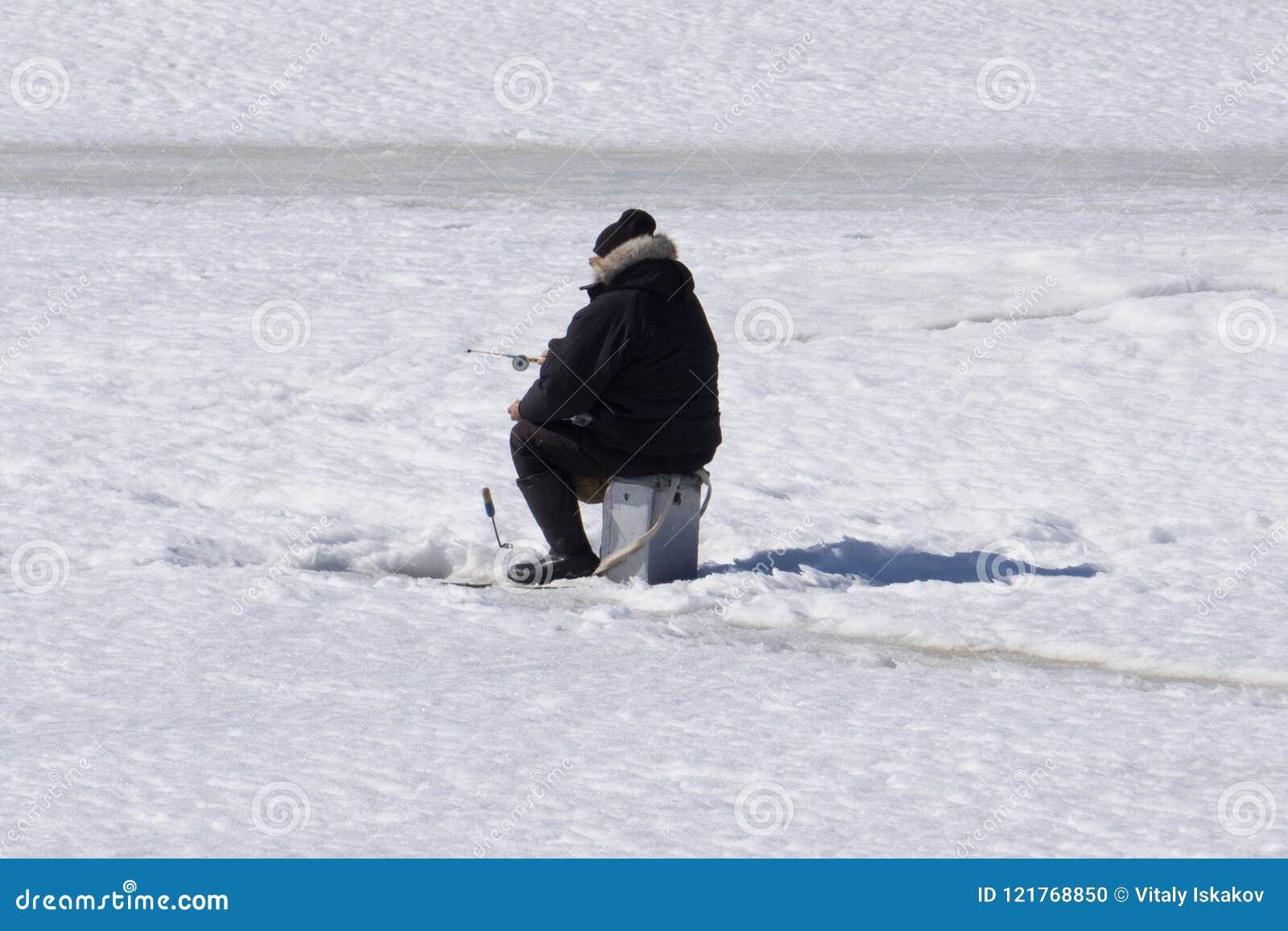 Rivière de pêche d hiver, lac près de forêt en glace Pêcheurs à la ligne, Fishermens pendant votre temps libre préféré Avec l end