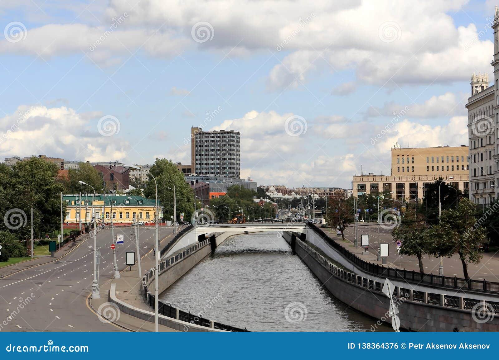 Rivière de Yauza à Moscou et les remblais de la rivière de Yauza
