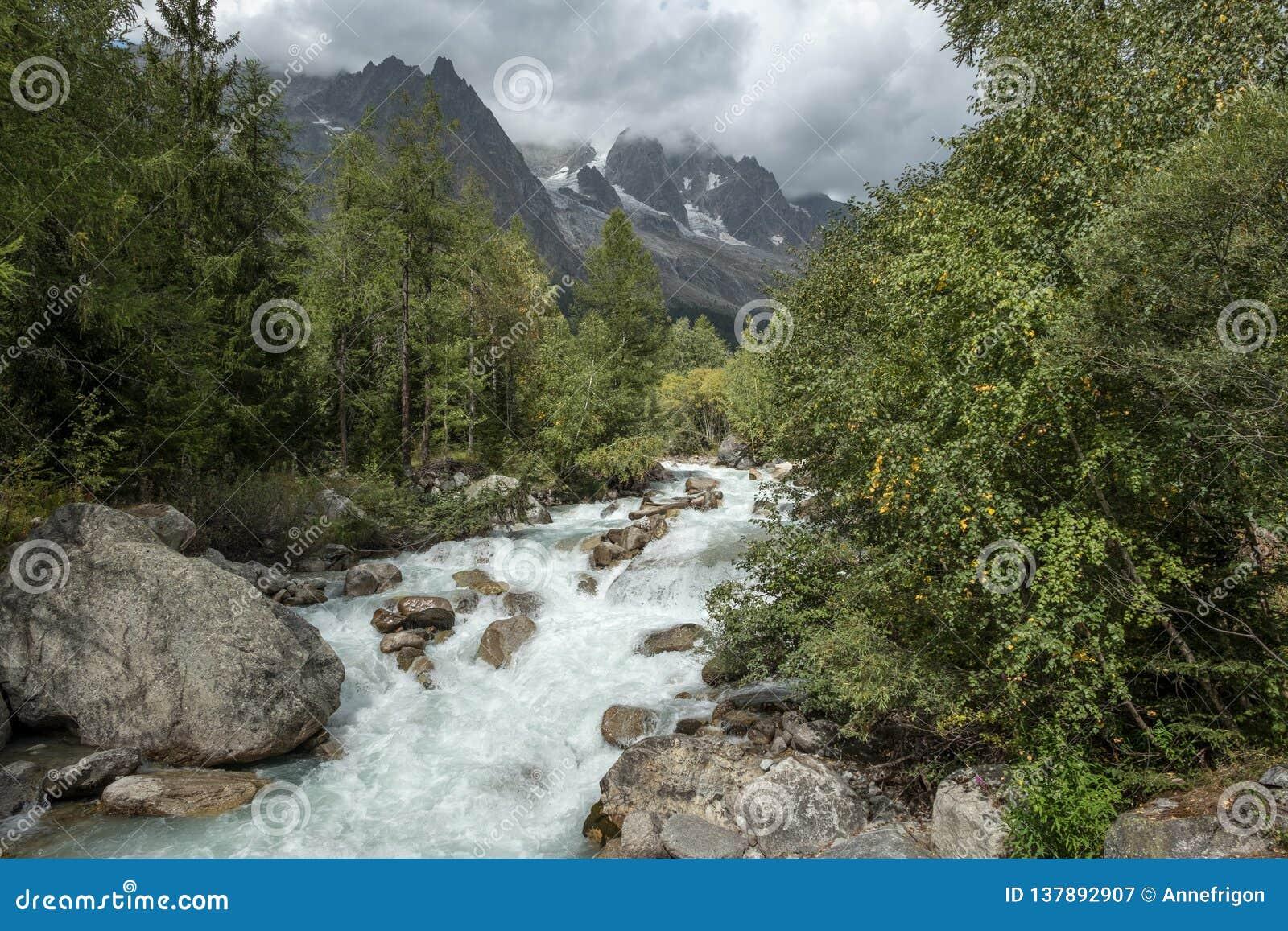 Rivière fluide découlant des Grands Jorasses, Italie de Les