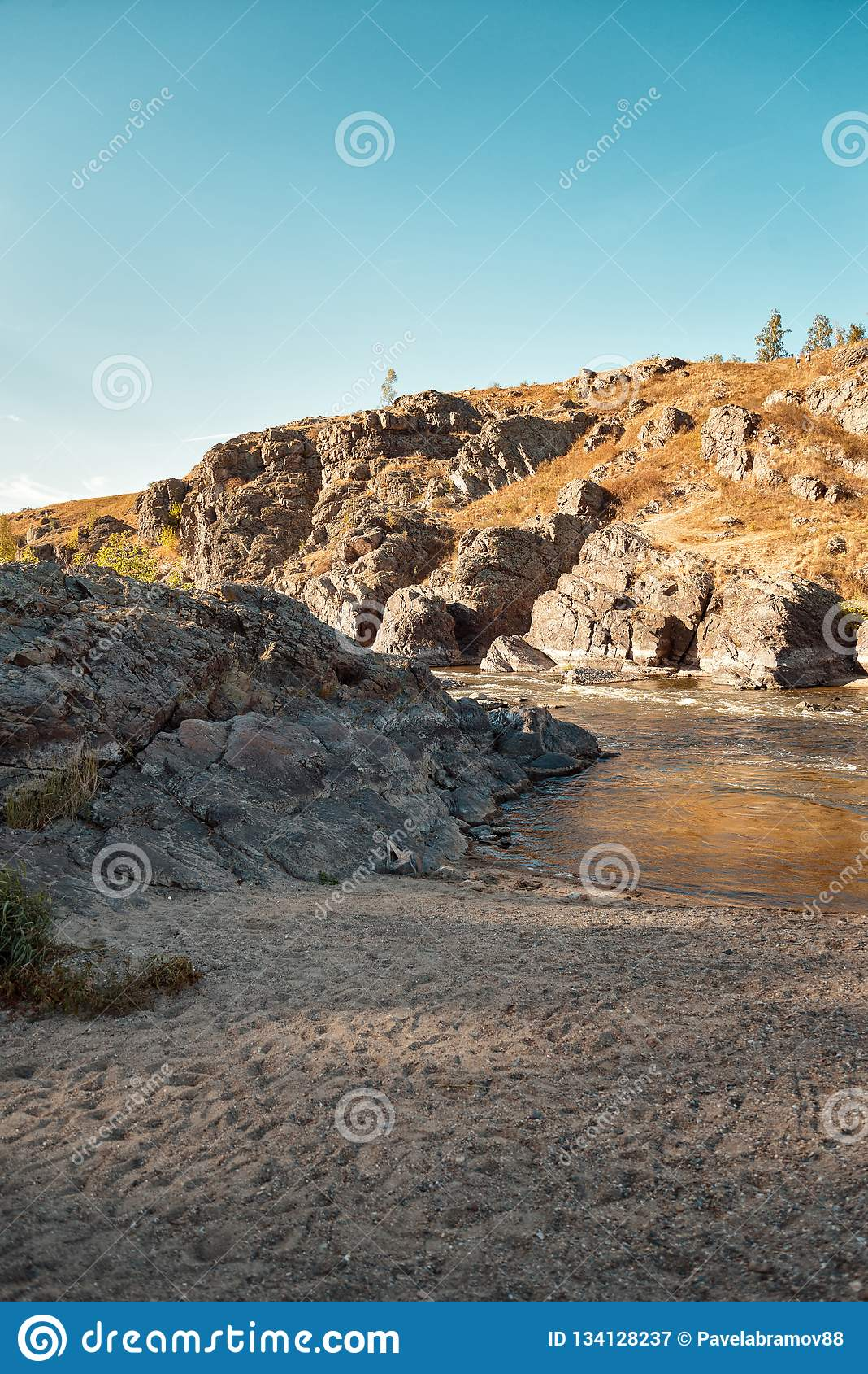 Rivière parmi des roches