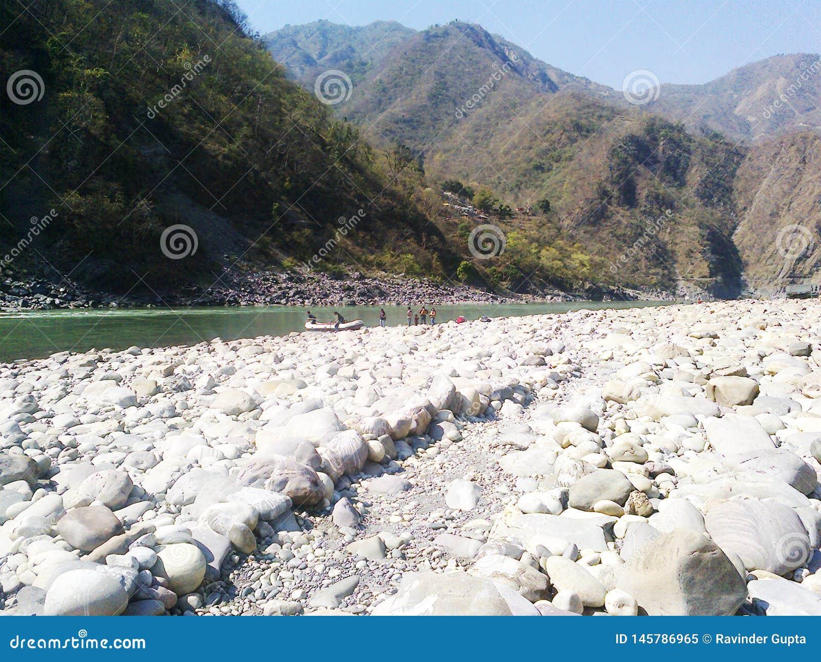 Rivière, roches de rive et montagnes