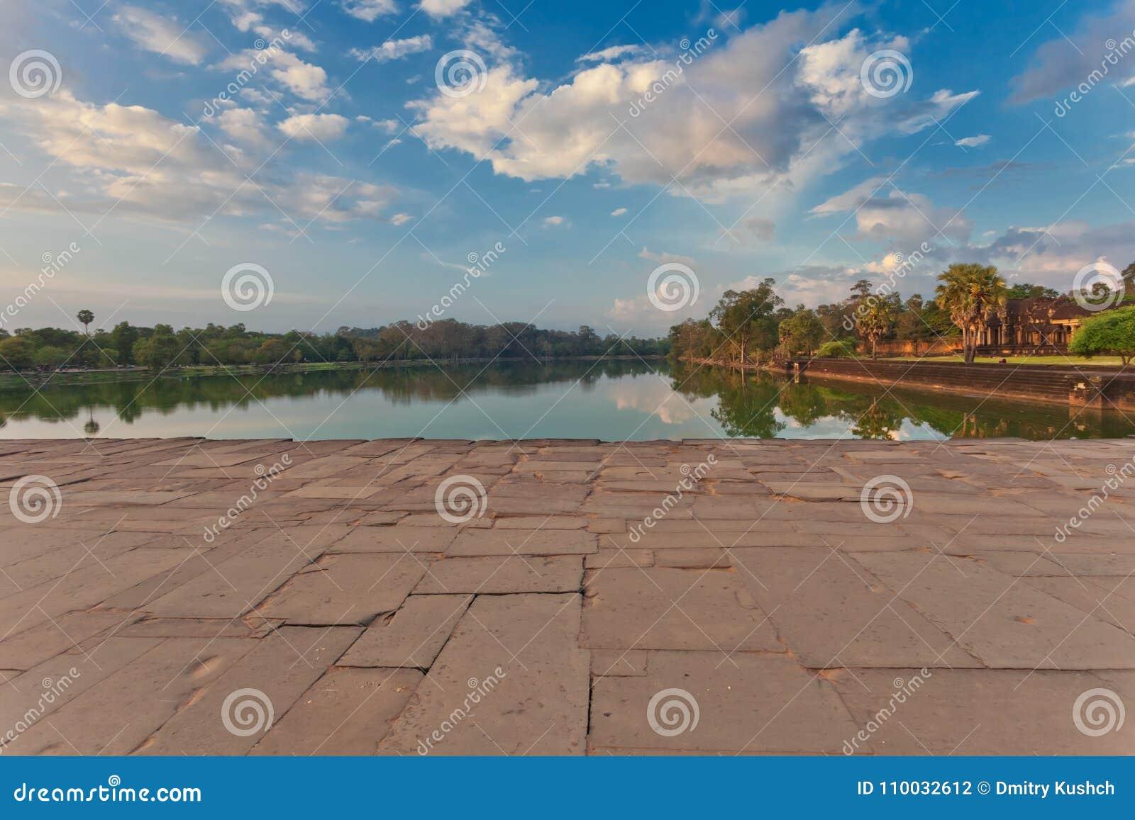 Rivier dichtbij oude boeddhistische Khmer tempel in Angkor complexe Wat