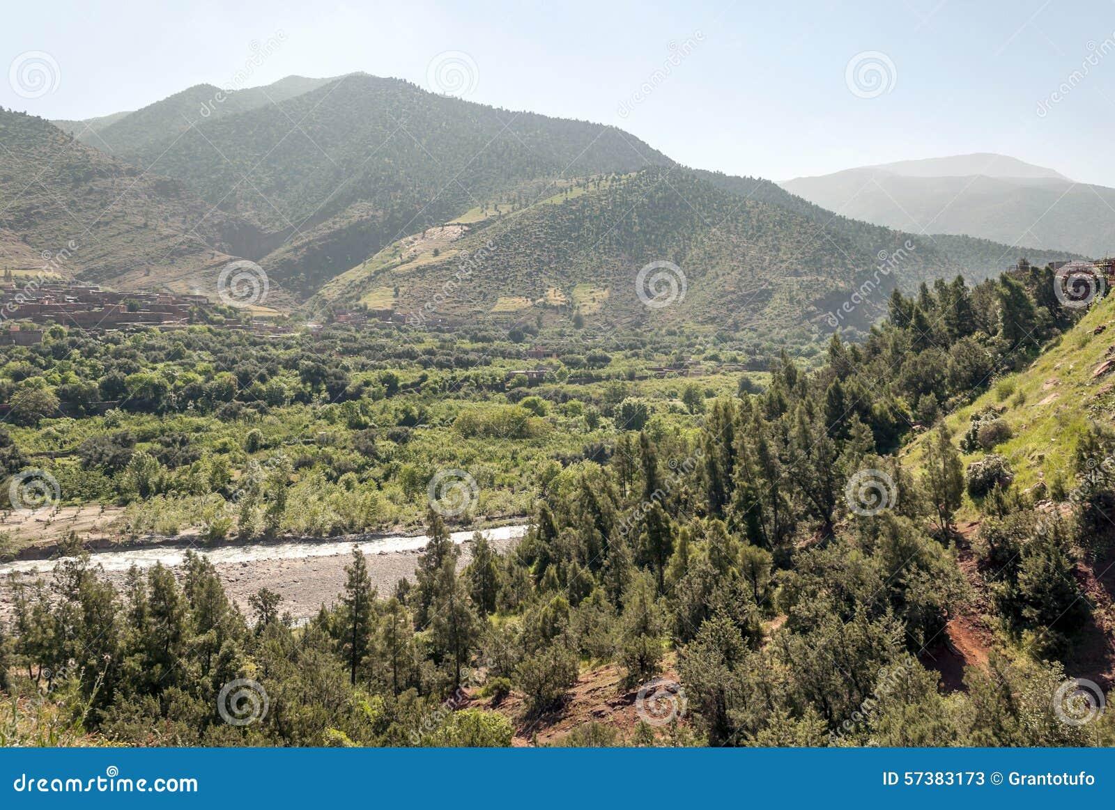 Rivier die door bergen wordt omringd