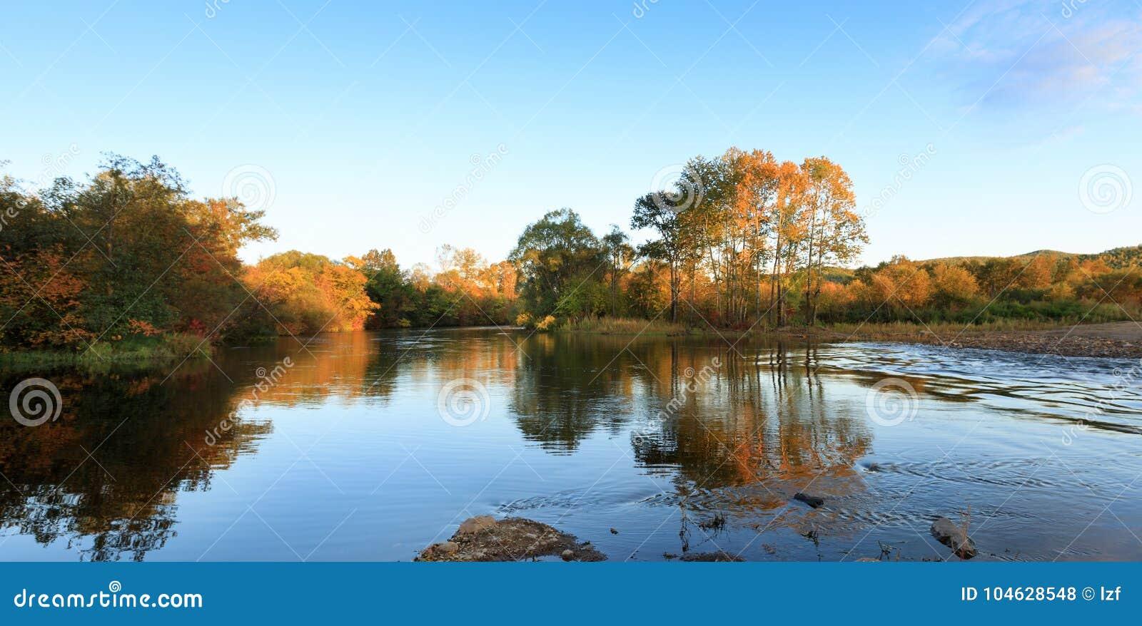 Download Rivier en de herfstbos stock foto. Afbeelding bestaande uit blauw - 104628548