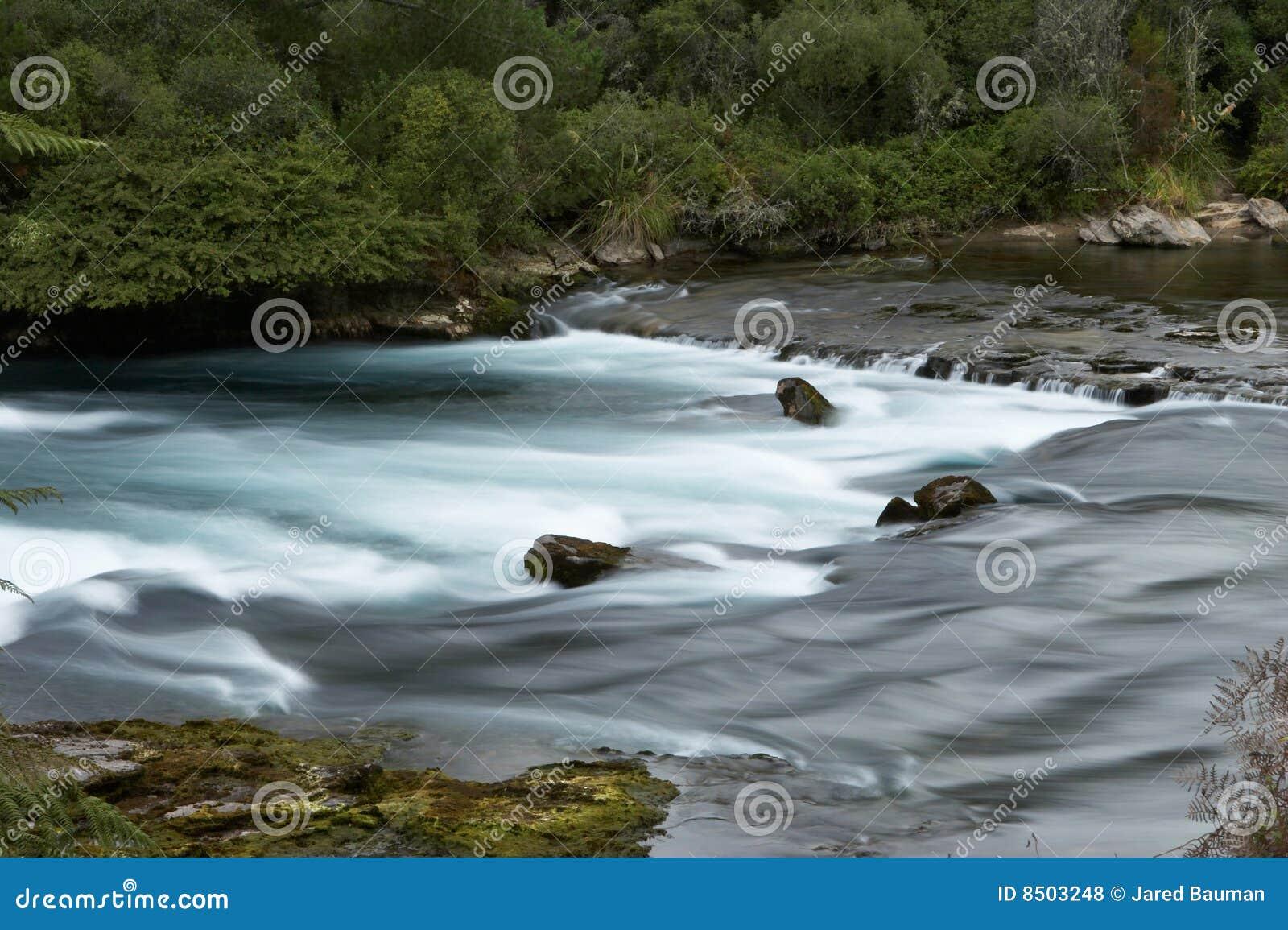 Rivier met rotsen en melkachtig water