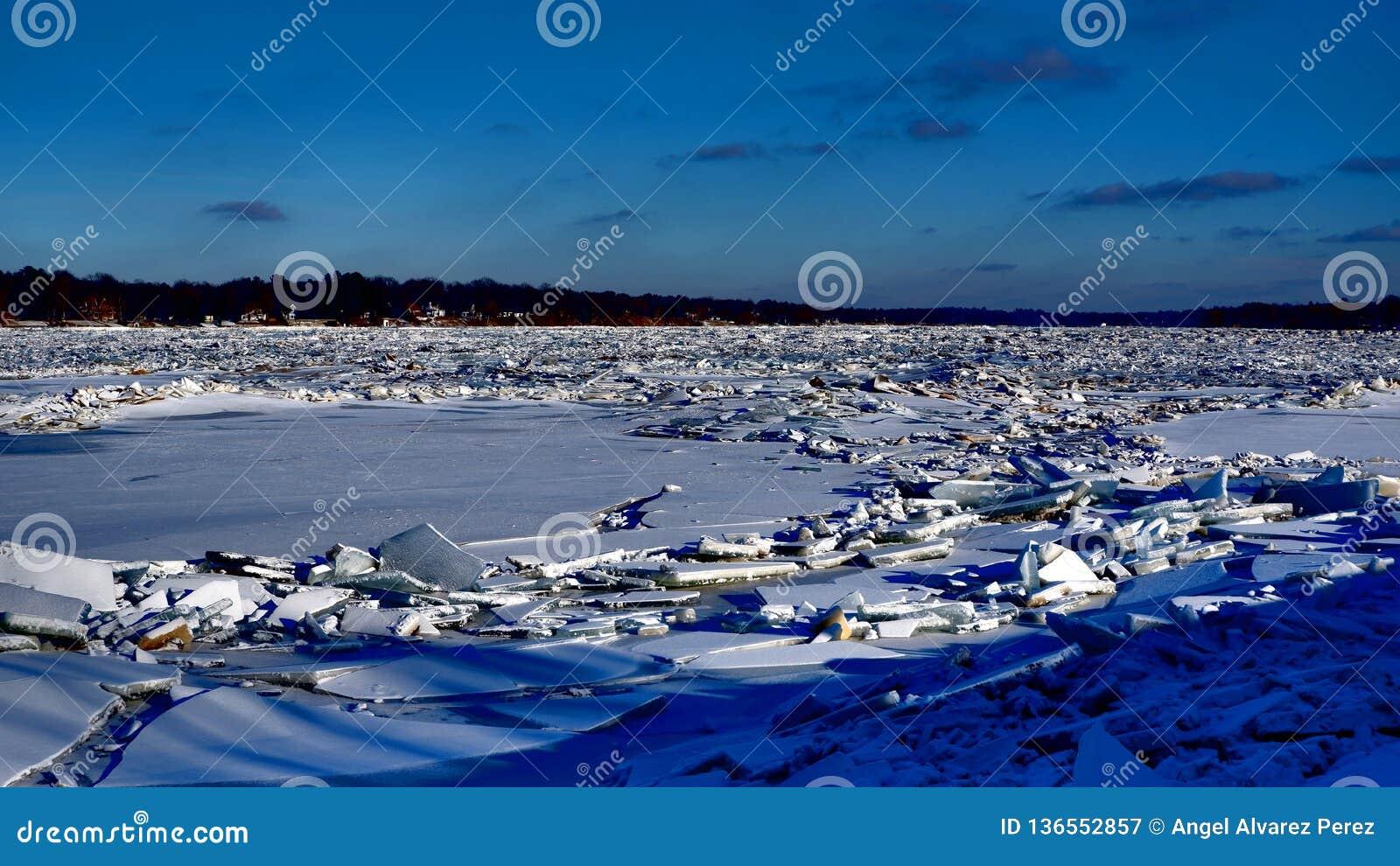Rivier met stapels van ijs datsmithereens wordt behandeld