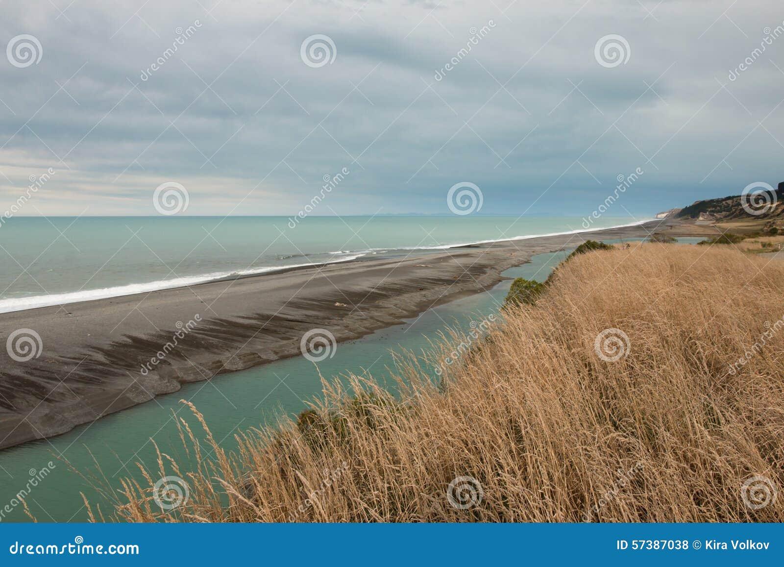 Rivierbed langs de oceaankust